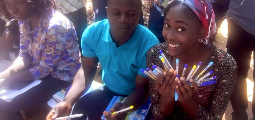 """A nigériai Pankshinban (NIFES Nigeria) a diákok szabad téren imádkoztak, énekeltek a parkban, és tollakat osztogattak a kampuszon a """"Szeresd felebarátodat"""" jegyében. A diákokat és munkatársakat meginterjúvolták azzal kapcsolatban, hogyan mutathatjuk ki szeretetünket a körülöttünk élők felé."""